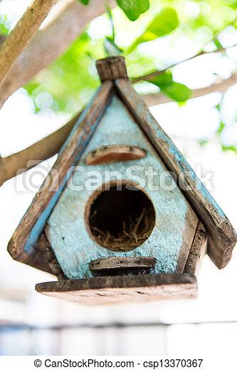 Casa de aves en un árbol - csp13370367