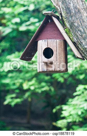 Casa de pájaros en un árbol - csp18878119