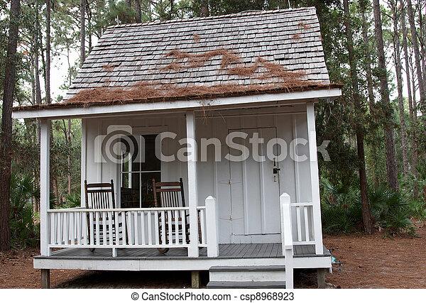Una casa en el bosque - csp8968923