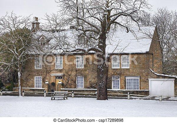 Casa Cotswold en invierno - csp17289898