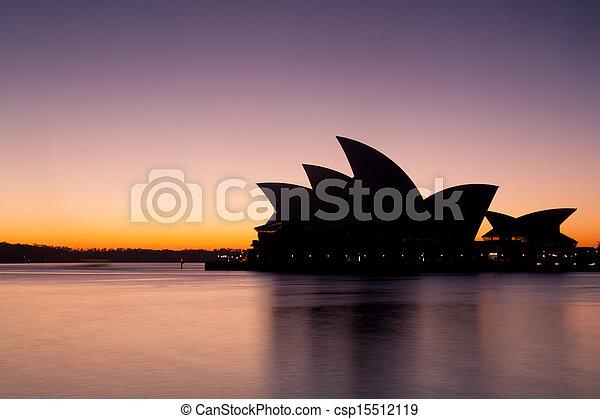 La ópera de Sydney al amanecer - csp15512119