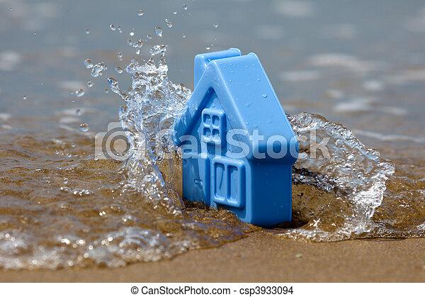 Casa de plástico de juguete en la ola de lava arena - csp3933094