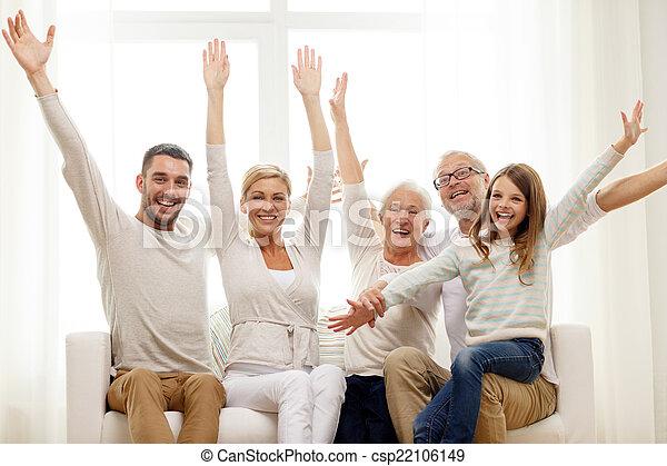 Casa divano famiglia felice seduta felicit famiglia for Aprire i piani casa artigiano concetto