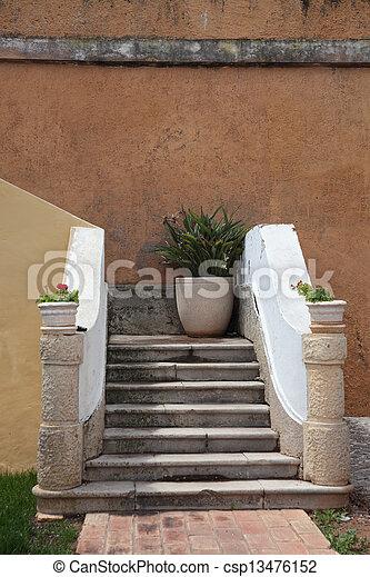 Casa entrada flores escaleras im genes de archivo for Escaleras entrada casa