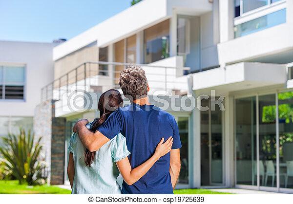 Familia en casa grande - csp19725639