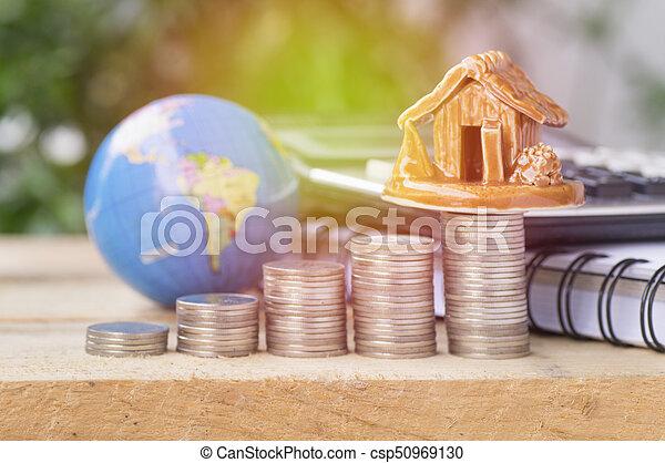 Un montón de monedas, lubricante y hogar, concepto en las finanzas de la casa en la mesa de madera - csp50969130