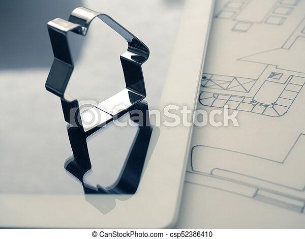 Forma de casa con una clave en el plan de construcción - csp52386410