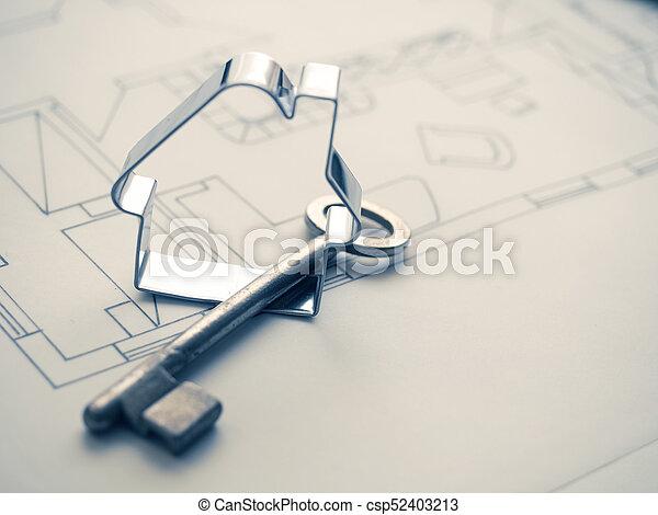 Forma de casa con una clave en el plan de construcción - csp52403213