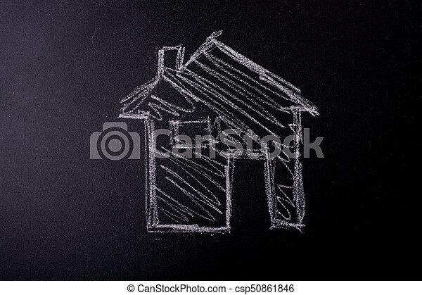 La forma de la casa dibujada en una pizarra - csp50861846