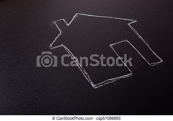 La forma de la casa dibujada en una pizarra - csp51086893
