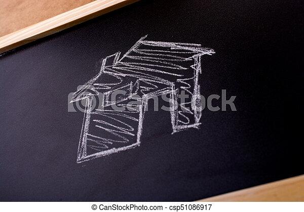 La forma de la casa dibujada en una pizarra - csp51086917