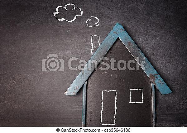 La forma de una casa en una pizarra - csp35646186