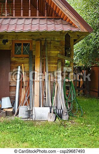 Casa de jardín con herramientas - csp29687493