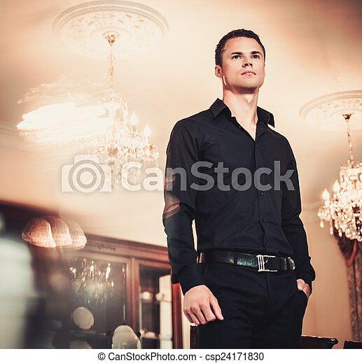 Casa Joven Lujo Interior Hombre Bien Vestido Guapo