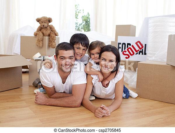Una familia feliz después de comprar una nueva casa - csp2705845