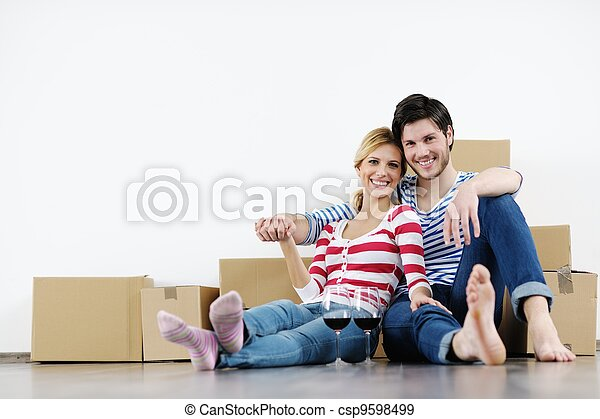 Una pareja joven moviéndose en una nueva casa - csp9598499