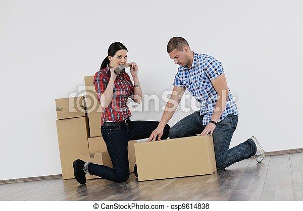 Una pareja joven moviéndose en una nueva casa - csp9614838