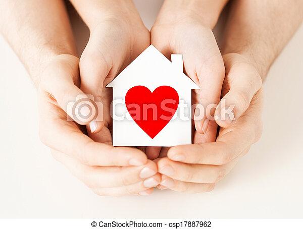 Un par de manos sosteniendo la casa de papel blanco - csp17887962