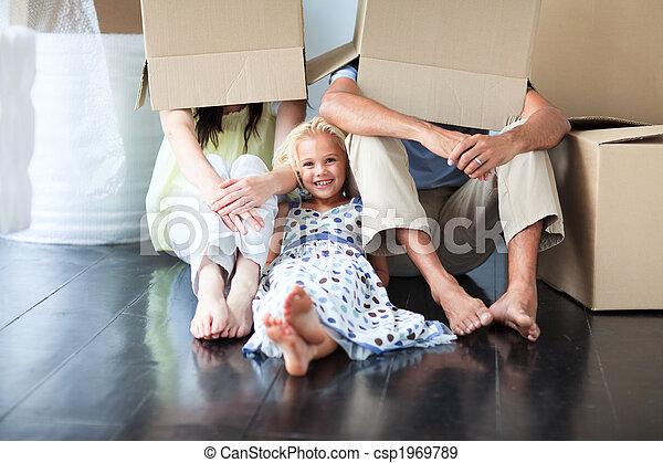La familia se divierte después de mudarse - csp1969789