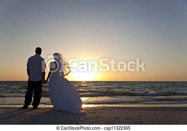 casado, &, par, noivo, noiva, pôr do sol, casório, praia - csp11322365