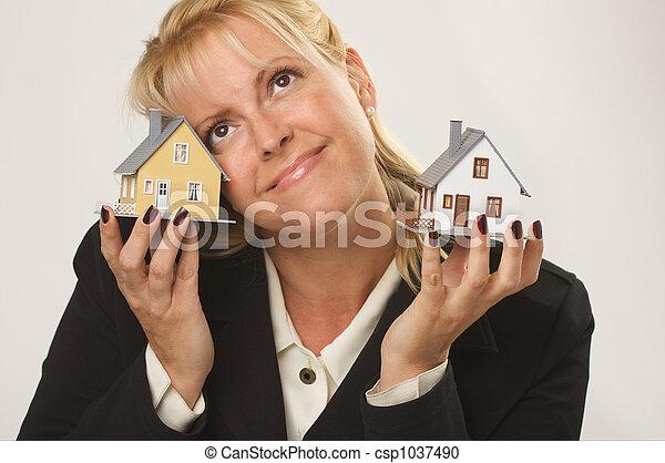 Casas en manos femeninas - csp1037490