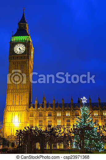 Casas del Parlamento y árbol de Navidad - csp23971368