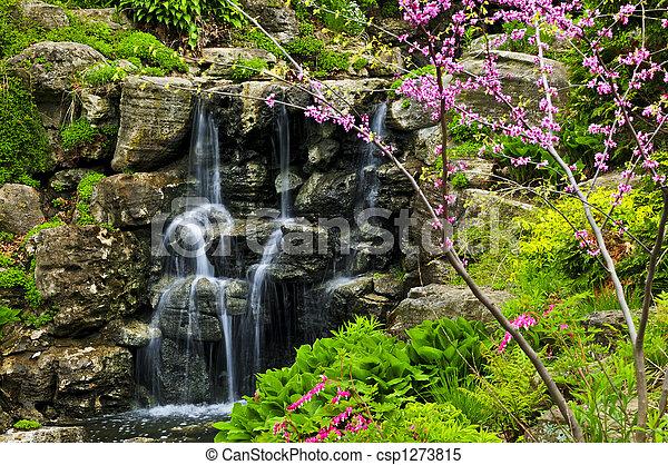 Cascada de agua - csp1273815