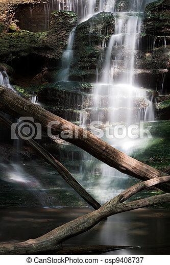El sol salpicó una cascada - csp9408737