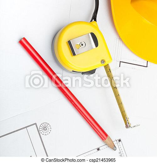 Casco de construcción amarillo con lápiz y cinta métrica sobre algunos documentos - 1 a 1 ratio - csp21453965
