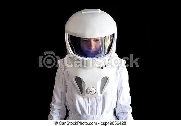 El astronauta con casco mira hacia abajo. Fantástico traje espacial. Exploración del espacio exterior. - csp49856428