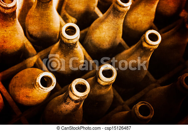 Viejas botellas de cerveza polvorientas en una caja de madera - csp15126487