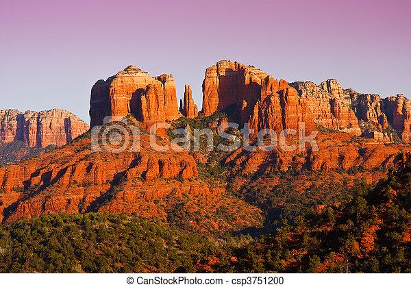 Sunset en Catedral Rock cerca de Sedona, Arizona. - csp3751200