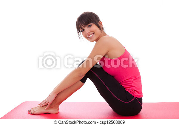 Una bella mujer en forma caucásica estirada - csp12563069
