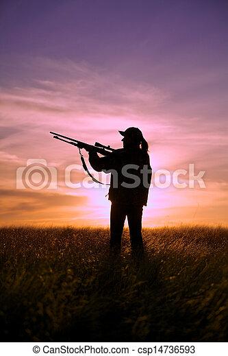 Cazador de rifles al atardecer - csp14736593