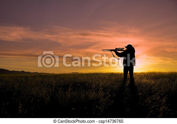 Cazador de rifles al atardecer - csp14736765