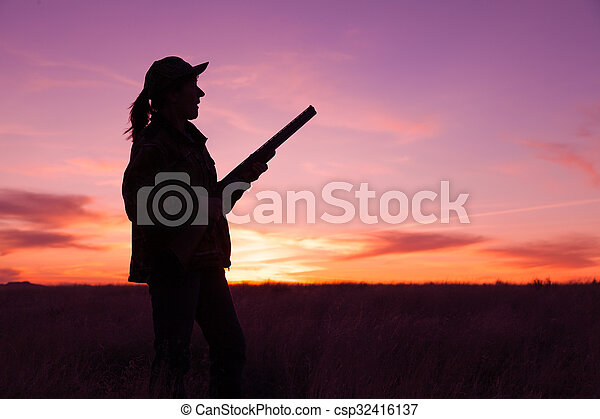 Hunter silueta al atardecer - csp32416137