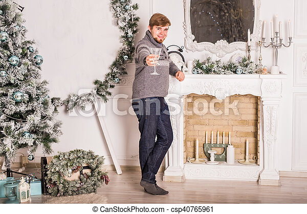 Un joven con una copa de champán. Celebraciones de Navidad y año nuevo - csp40765961