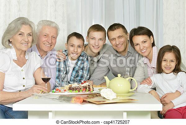 Familia feliz celebrando el cumpleaños - csp41725207