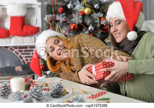 Dos mujeres celebrando Navidad - csp51975388