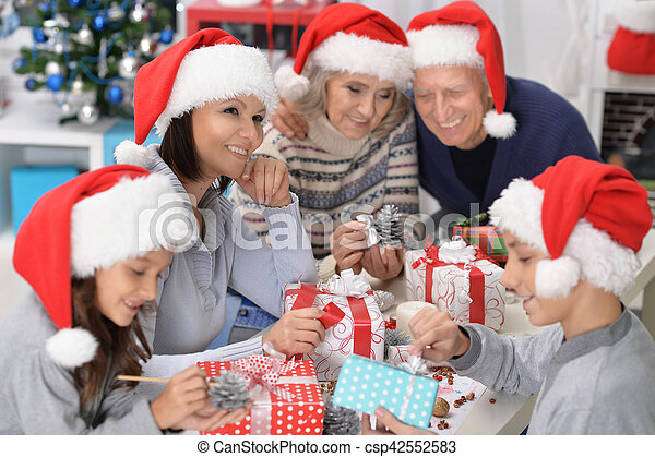 Familia celebrando Navidad - csp42552583