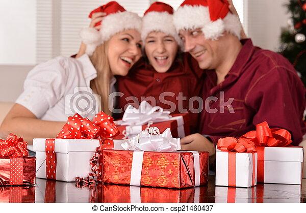 Familia feliz celebrando el nuevo año - csp21460437