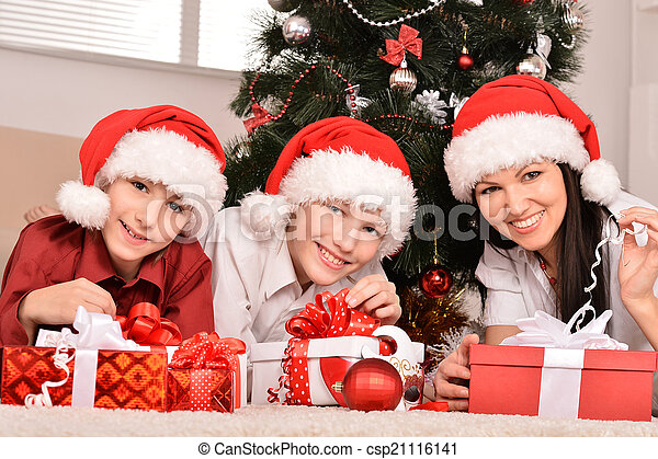 Familia feliz celebrando el nuevo año - csp21116141