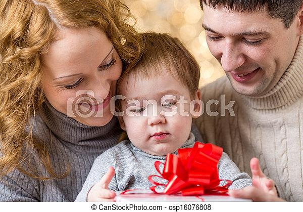 La familia celebra Navidad - csp16076808