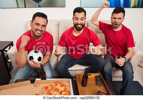 Los fanáticos del fútbol están celebrando - csp32956135