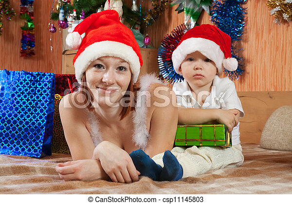 Familia celebrando la Navidad - csp11145803
