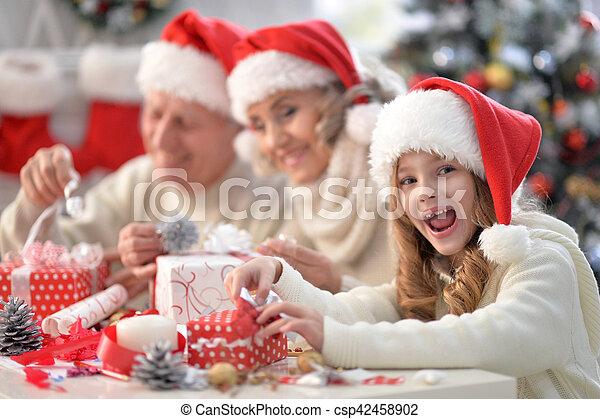 Familia celebrando la Navidad - csp42458902