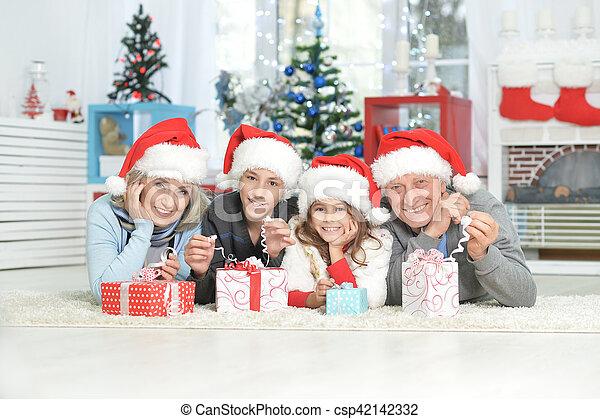 Familia celebrando la Navidad - csp42142332