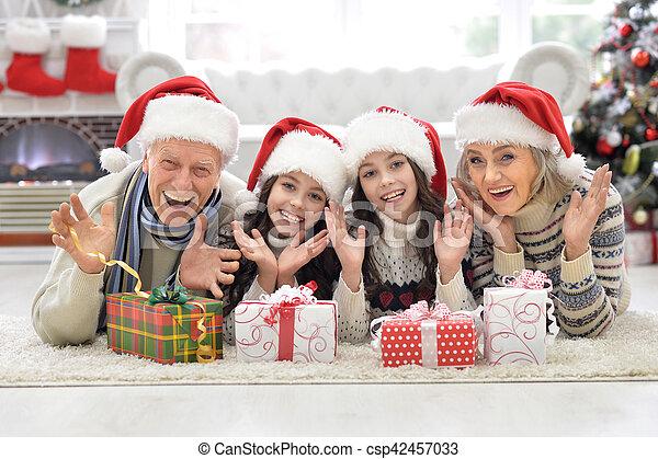 Familia celebrando la Navidad - csp42457033