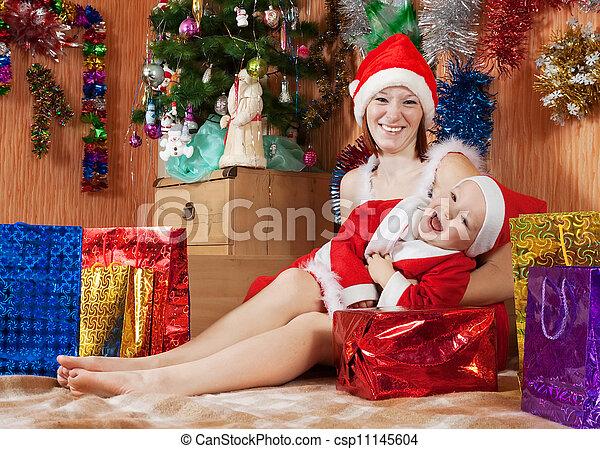 Familia feliz celebrando la Navidad - csp11145604