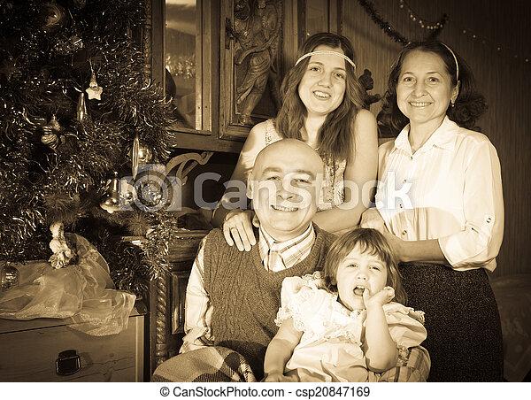 Familia feliz celebrando la Navidad - csp20847169